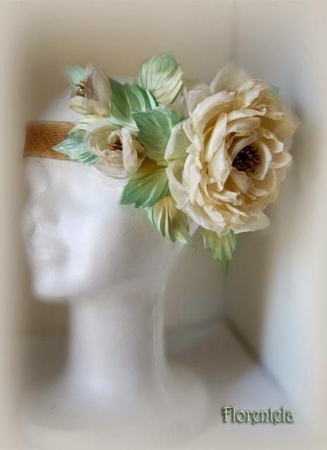 Tocado con flores de organza natural y seda
