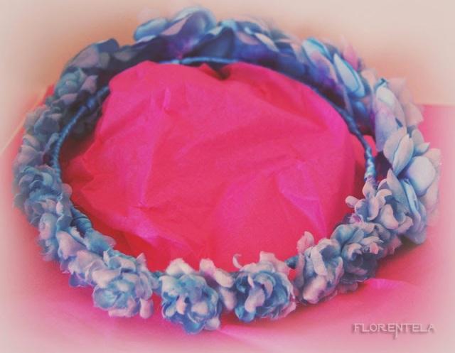 corona azul de flores hechas a  mano