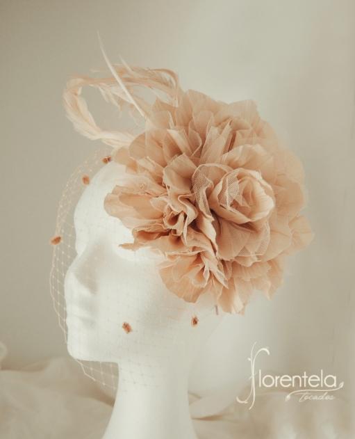 flor con plumas marfil
