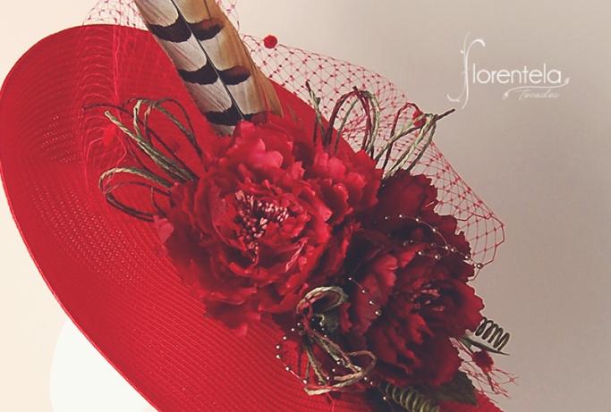 tocado-base-paja-roja-con-flores-y-pluma-de-faisan