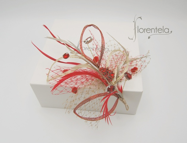 tocado-hojas-metal-cristal-plumas-rojo